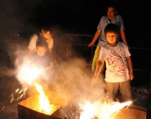 青山学院女子短大の学生が用意した手持ち花火を楽しむ子どもたち