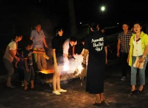 大人も混ざって花火を楽しみました