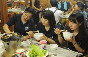 ジンギスカンを味わう学生